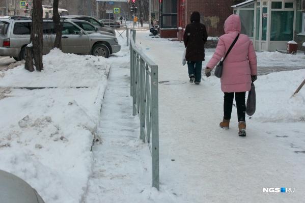 Неизвестные умельцы воткнули забор прямо посередине тротуара