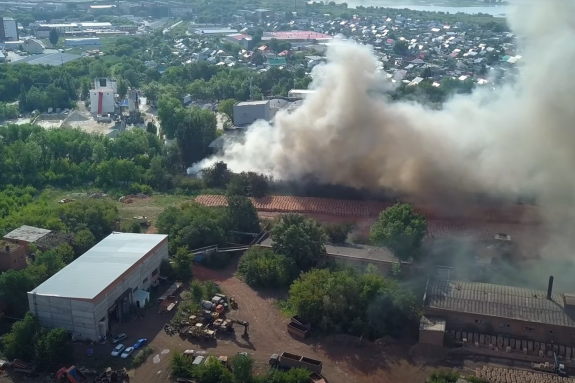 Дым распространяется на несколько километров по городу