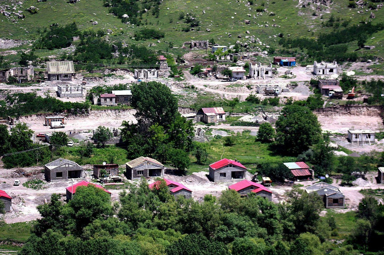 Лачын находится в 60 километрах от Степанакерта, неофициальной столицы Карабаха