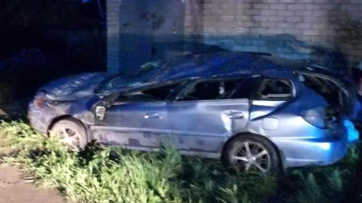 В Добрянке иномарка врезалась в стену гаража: 30-летний водитель погиб