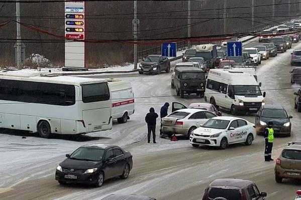 Автобус развернуло поперек полосы движения