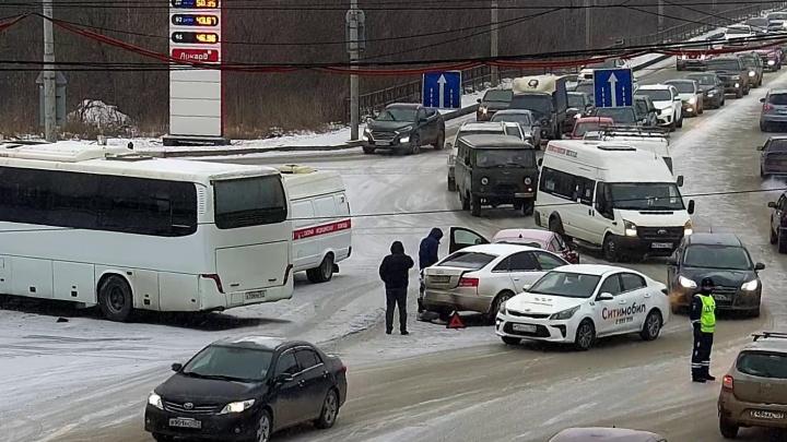 Появилось видео массовой аварии с автобусом возле Коммунального моста. В ДТП пострадали два человека