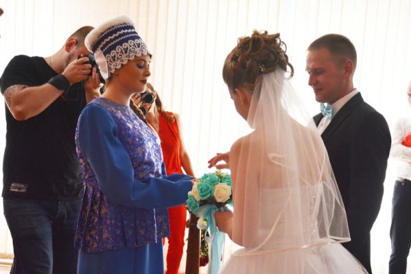 Гостей теперь можно позвать прямо в зал ЗАГСа — ограничения на правила бракосочетания сняты