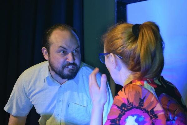 Антон Аверкин успешно репетировал, выступал и даже ставил спектакли в театре под вымышленным именем, находясь в федеральном розыске