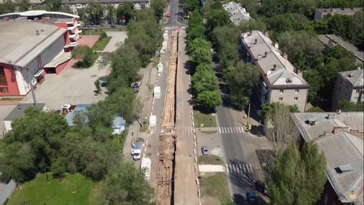 Траншея длиной в километр: блогер снял ремонт теплотрассы на Физкультурной