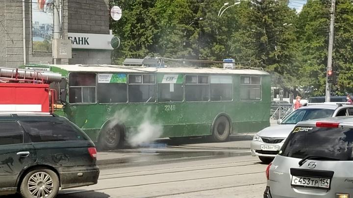 На Сибиряков-Гвардейцев задымился троллейбус — на место вызвали пожарных