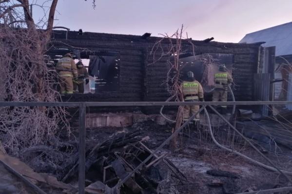 Пожар в этом двухэтажном здании пансионата разгорелся ночью, когда все постояльцы спали