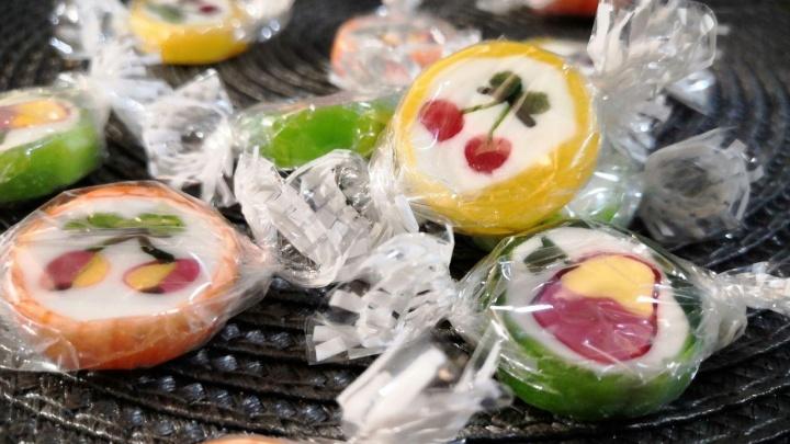 «Просто улыбнитесь в такие сложные времена»: в Красноярске школьница раскладывает конфеты по почтовым ящикам