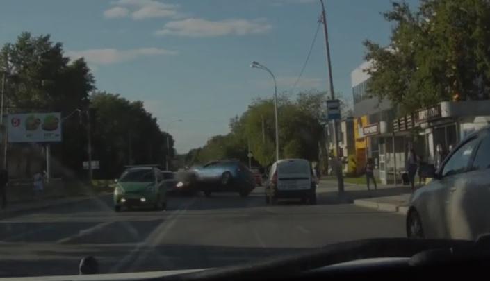 На Вторчермете в плотном потоке машин Mazda встала на бок после лобового удара. Публикуем видео