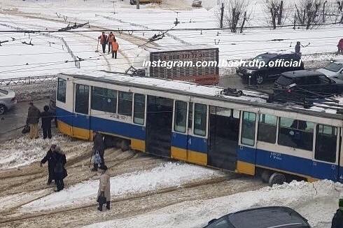 В Уфе трамвай сошел с рельсов. Очевидцы считают, что это случилось из-за неубранного снега