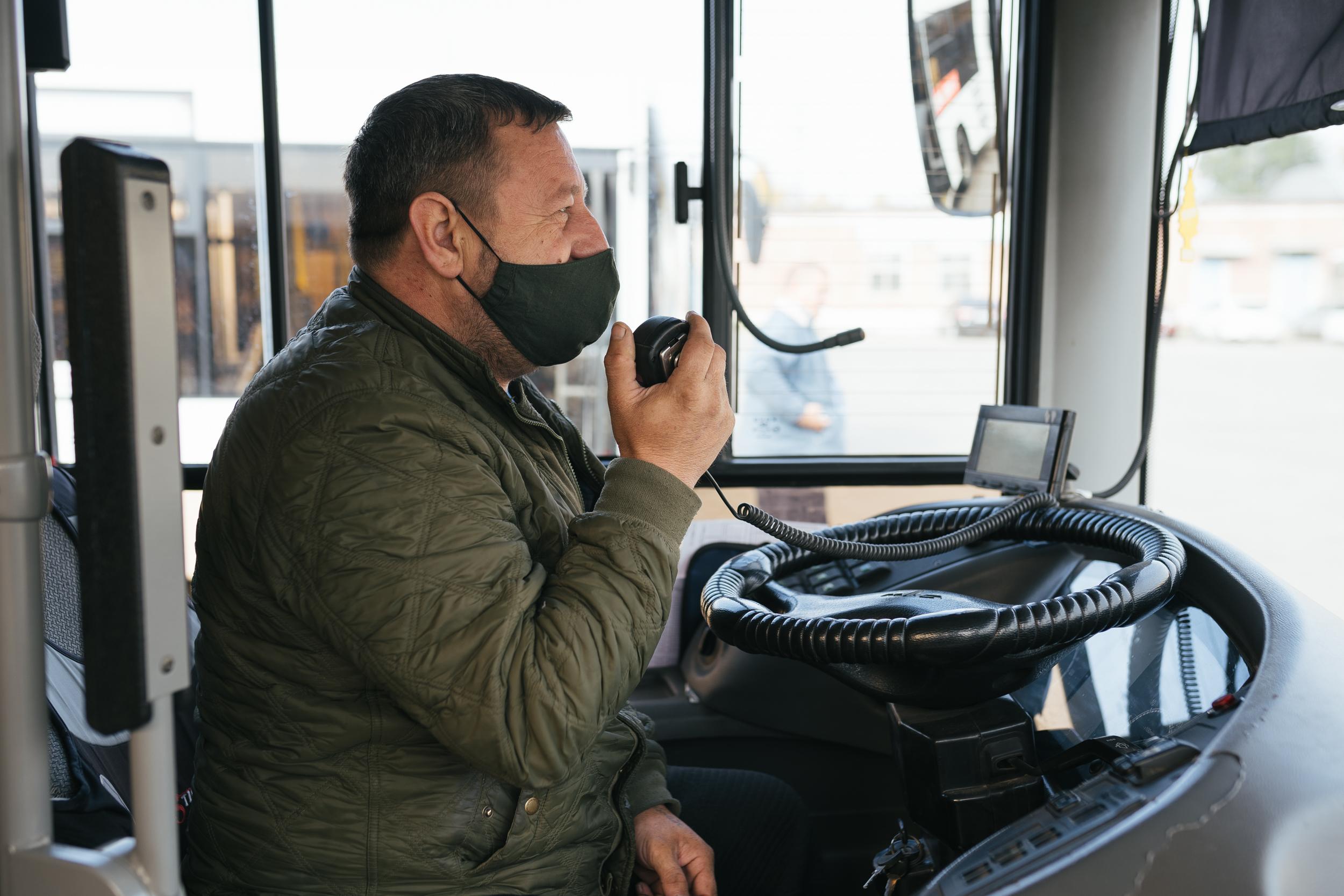 Водители проверяют автоинформаторы: с их помощью по громкой связи напоминают пассажирам надеть маски