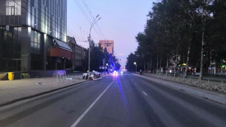 «Ниссан» влетел в столб на Красном проспекте: появилось видео смертельной аварии
