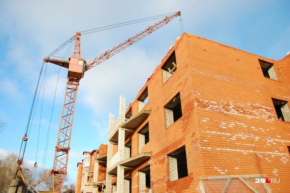 На месте аварийных деревянных домов собираются построить многоэтажные. А про места в детсадах и школах не подумали
