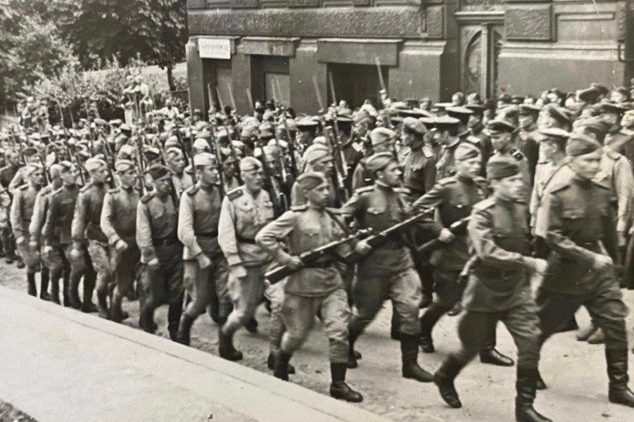 Парад в честь открытия памятника бойцам и офицерам, павшим в борьбе с немецко-фашистскими захватчиками.Польша, июль 1945 года