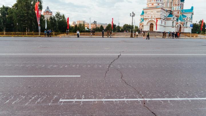 На Соборной площади не будут ремонтировать асфальт, на котором заметили вмятины после парада