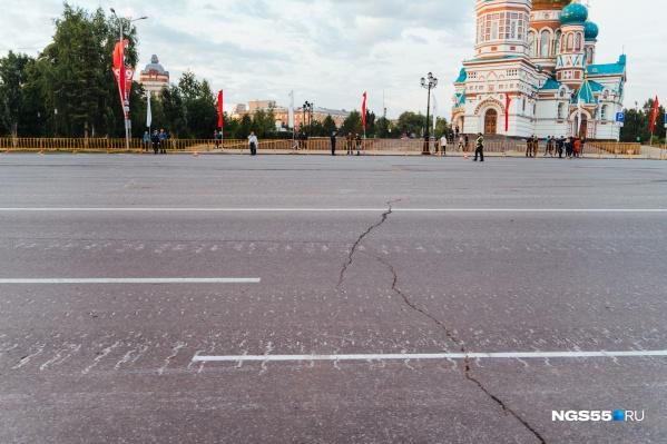 После репетиции на асфальте площади остались следы от гусениц танков