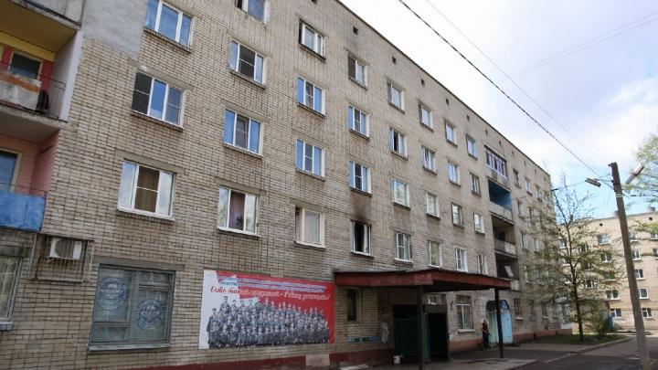 В ночном пожаре в жилом доме Ярославля погиб мужчина