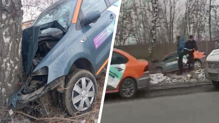 В Екатеринбурге автомобиль каршеринга вылетел с дороги и врезался в дерево