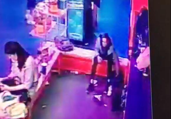 В торговом центре в Екатеринбурге подросток прямо под камерами украл у ребенка телефон