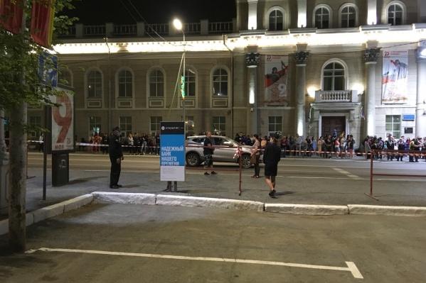 Несмотря на все запреты курганцы пришли на площадь посмотреть праздничный салют