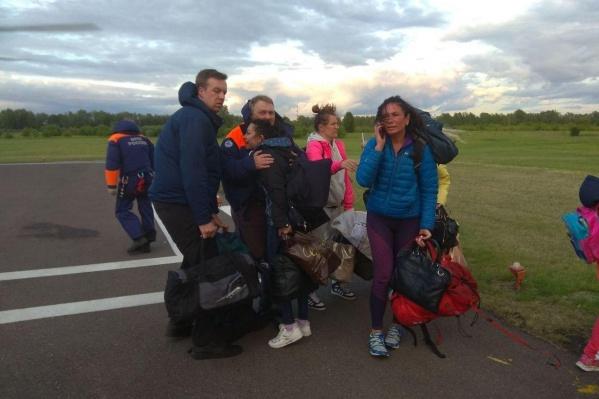 Туристы, судя по фото, спасателей восприняли как дар свыше