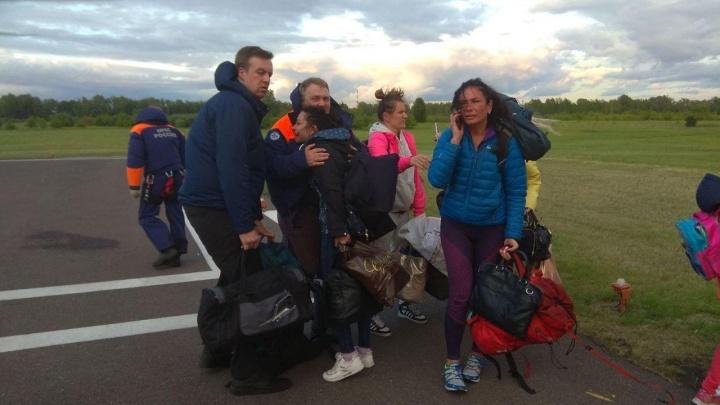 Вода подбиралась к палаткам: туристы застряли из-за потопа на островке, их случайно заметил вертолет