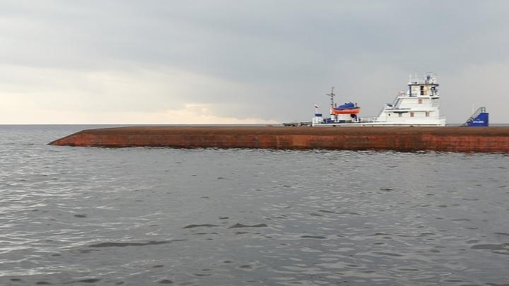 Появилось видео, как в Рыбинском водохранилище тонет баржа