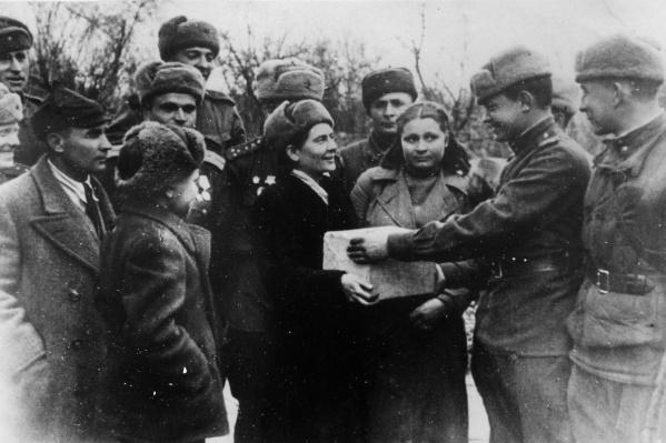 Одна из взявших шефство над дивизией, работница ЗиМа Ольга Огородникова привезла воину-куйбышевцу Николаю Пустынникову посылку от матери в город Цоппот. Март 1945 года<br>