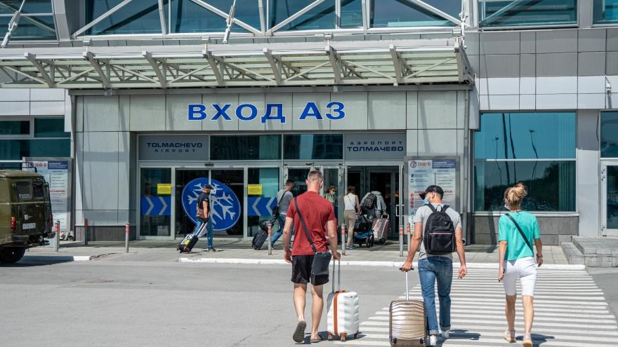 Из Толмачево улетают десятки самолетов каждый день. Куда сбегают люди? Мы с ними поговорили — репортаж