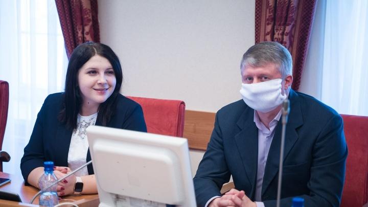 Защищаются как могут: депутаты облдумы сами шьют себе маски к заседаниям