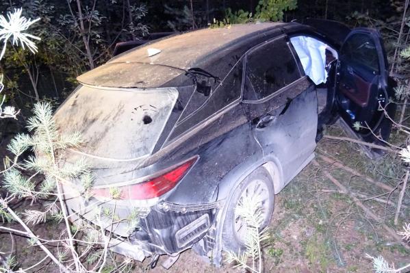 Водитель Lexus оставил автомобиль, а женщинам удалось выбраться из машины до приезда спасателей