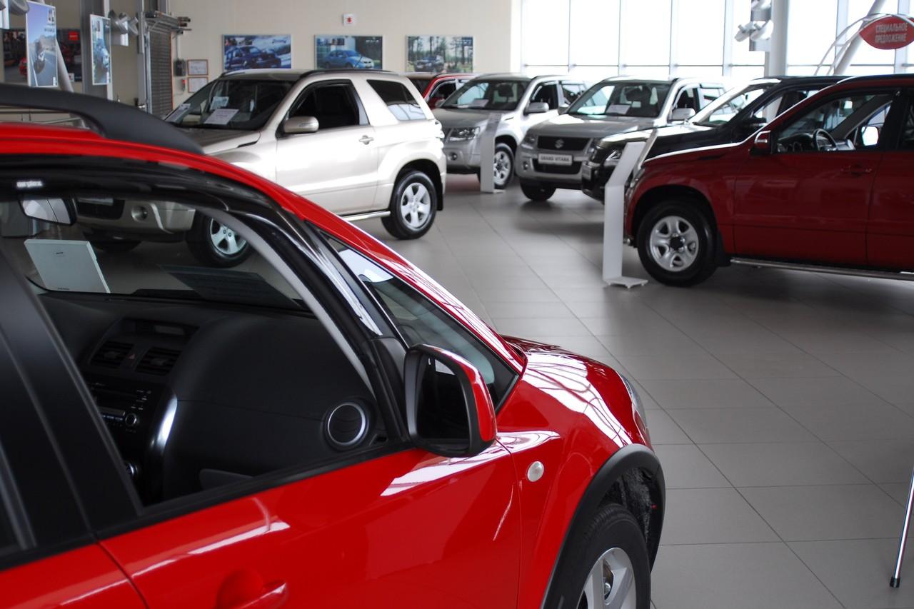 """Сильнее всего курсы бьют по брендам, не имеющим местного производства, например Suzuki. Тем не менее гордая японская марка сражается отчаянно и недавно вывела на рынок <a href=""""https://74.ru/text/auto/66482428/"""" target=""""_blank"""" class=""""_"""">новый внедорожник Jimny</a>"""