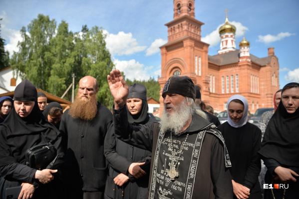 По словам самого отца Сергия, в монастыре проживают более 500 человек