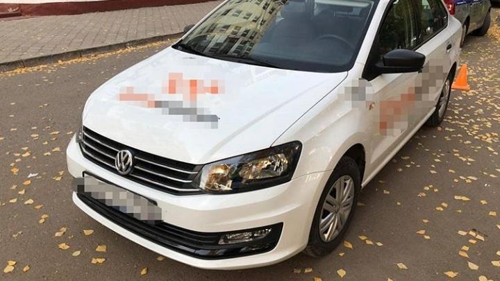 Уфимка выскочила из такси на ходу и повредила ногу. По ее словам, водитель угрожал ей за оплату картой