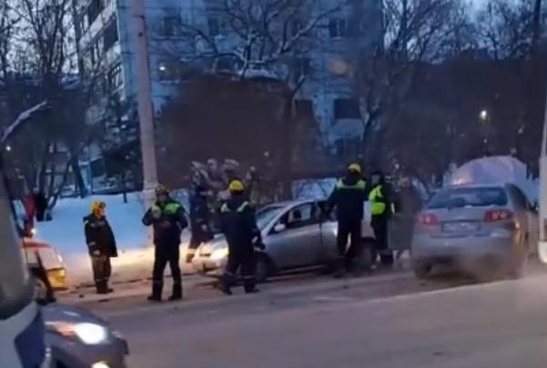 В Кемерово BMW после ДТП влетел в остановку: три человека пострадали