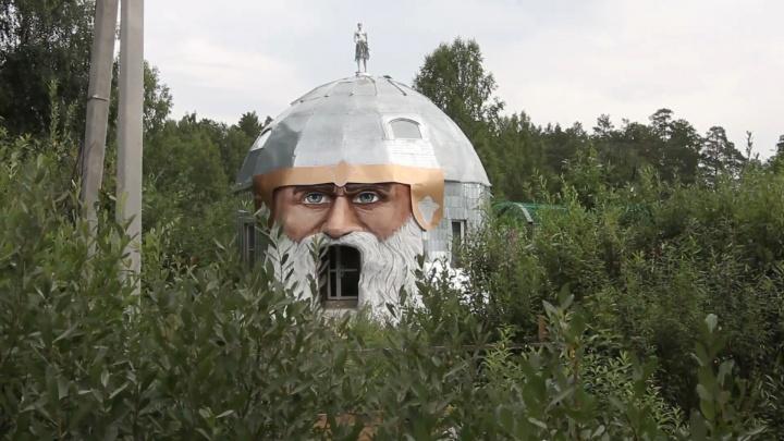 Южноуралец построил 11-метровый дом в виде головы Святогора и принимает в нём туристов