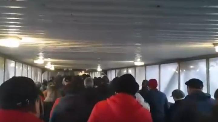 Работники ММК оказались в плотной очереди на проходной, чтобы у них измерили температуру