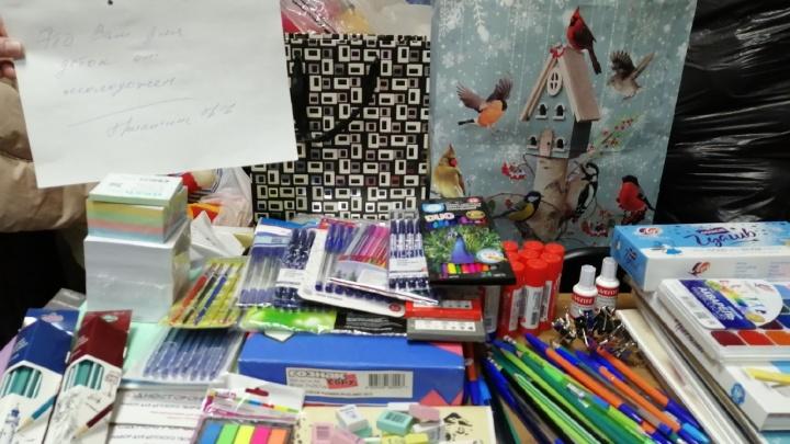 В Прикамьемолодожены попросили гостей не дарить им букеты, а купить канцтовары для малоимущих