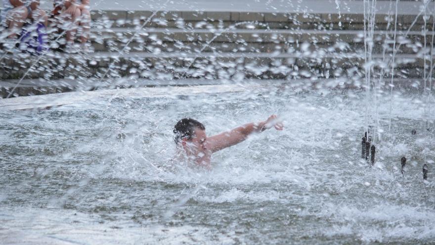 В дело пошли фонтаны: смотрим, как Екатеринбург выживает в рекордные +39 °C