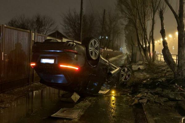 Машина ценой от 4 миллиона рублей опрокинулась на крышу