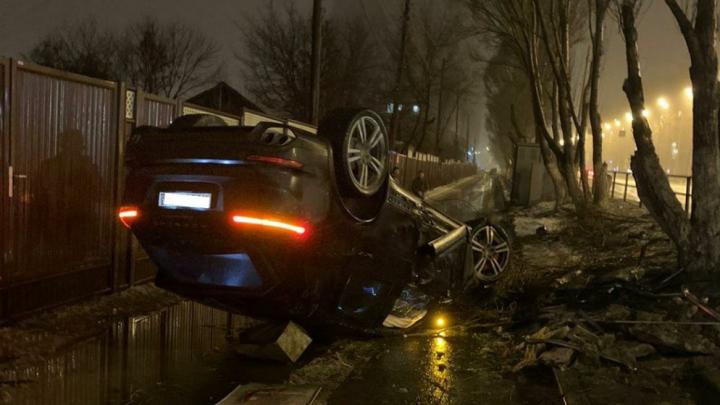 В Самаре Porsche вылетел с дороги и перевернулся на крышу