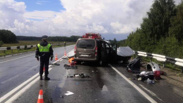 Погибли четыре человека: под Каменском-Уральским лоб в лоб столкнулись два автомобиля