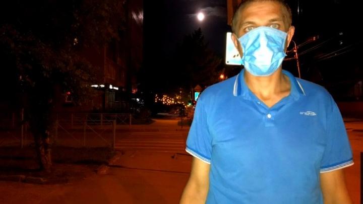 Подарок вместо штрафа: полицейский вручил маску нарушителю режима в новосибирском метро