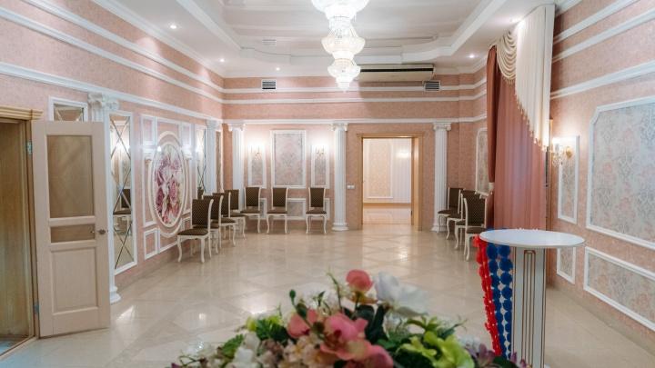 Золотой зал торжеств и ледяные двери в целлофане: изучаем плюсы и минусы Советского ЗАГСа Омска