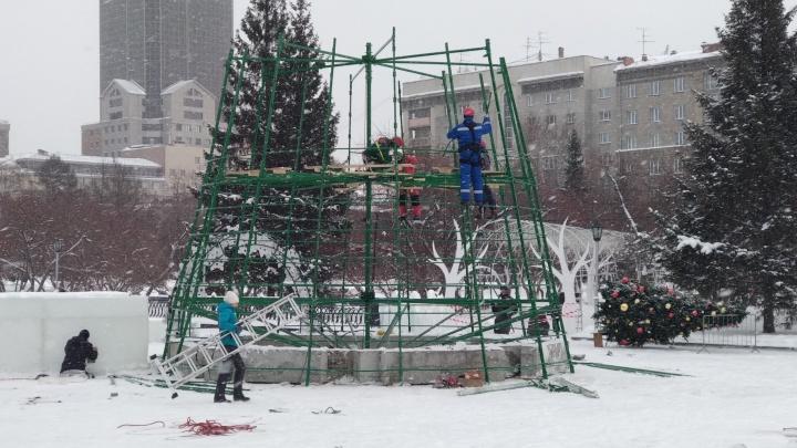 На площадке у Оперного театра начали монтировать главную городскую елку