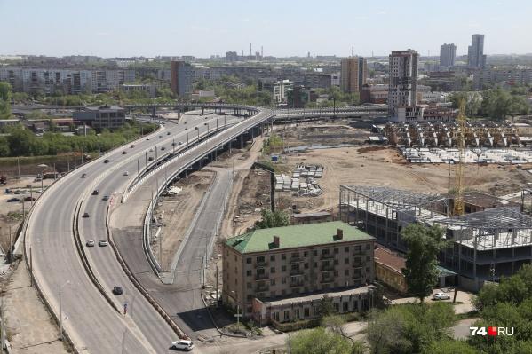 Конгресс-холл должен был стать главной площадкой саммитов ШОС и БРИКС и архитектурной доминантой, но пока завис в виде неаккуратных «рёбер» на берегу Миасса