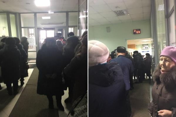 Очередь за пополнением льготного проездного в Почтобанке на Попова