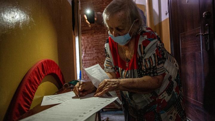 Как новосибирцы голосуют на дому: 10 атмосферных фото