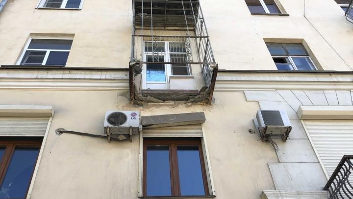 «Днём были бы жертвы»: в центре Волгограда рухнул очередной балкон дома на Мира