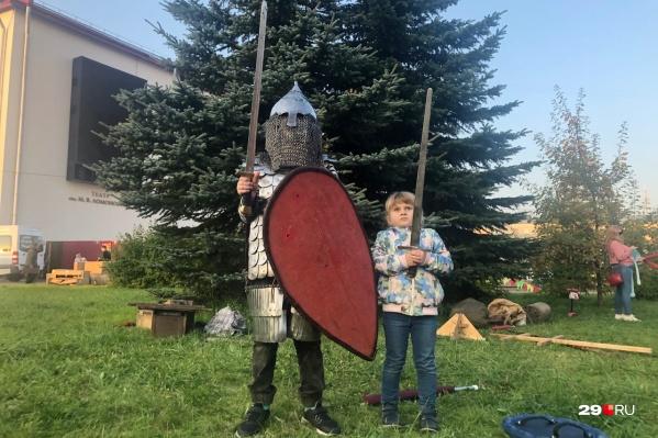 Рядом с домиками мастеров различные уличные забавы — например, битвы мягкими мечами. А еще можно померить снаряжение новгородского воина